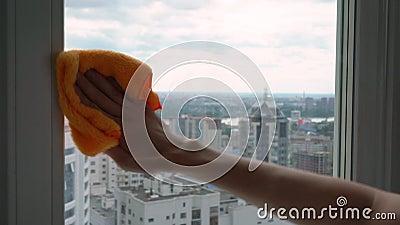 De mannelijke hand wast een venster met een vod stock footage
