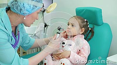De medische procedure, otolaryngoloog behandelt zuigeling, Algemeen medisch onderzoekkind, raadsotolaryngoloog in kliniek, griep stock videobeelden