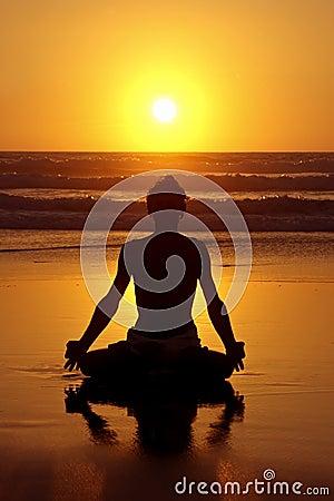 De meditatie van de yoga bij zonsondergang