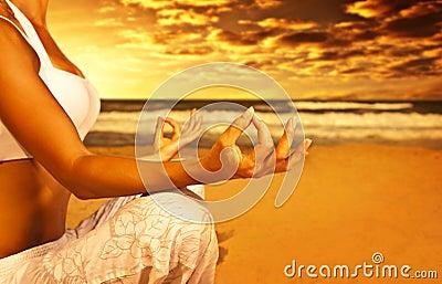 De meditatie van de yoga op het strand