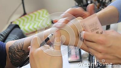 De meisjes smeren room op hand stock footage