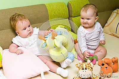 De meisjes van de baby spelen