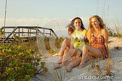 De meisjes van de tiener bij strand
