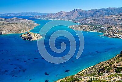 De mening van de Baai van Mirabello met eiland Spinalonga op Kreta