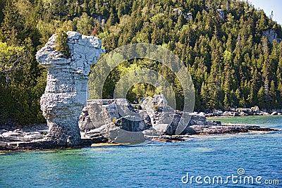 De mening van Tobermory van boot aan rotsen sluit