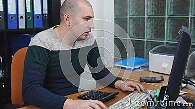 De mens in bureau die aan computer werken, die op de telefoon spreken en denkt na gebruikend de calculator stock video