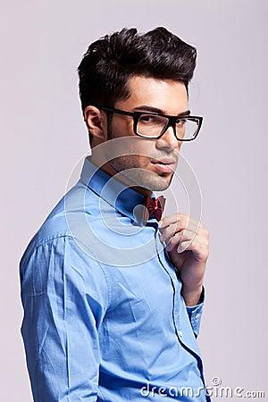 De mens die van de manier vlinderdas en glazen draagt