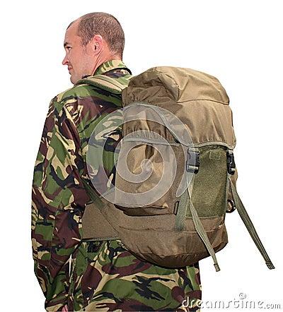 De mens die van het leger rugzak draagt