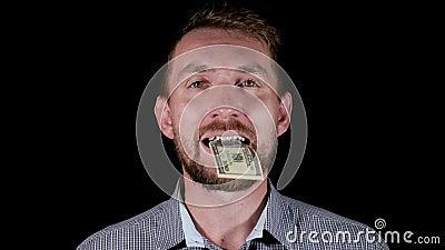 De mens eet geld stock video