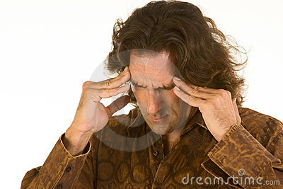 De mens lijdt aan vreselijke hoofdpijn en depressie