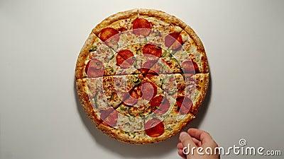 De mens neemt een stukje grote Pizza van de raad van bestuur van Wooden stock videobeelden