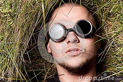 De mens staart aan u door glazen, denkt over het