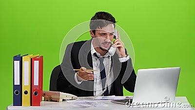 De mens is zeer bezig en ergert dat op het werk stock videobeelden