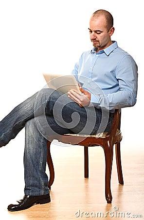 De mens zit op stoel