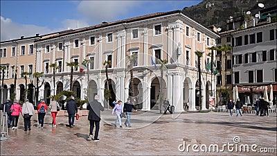De mensen die in Vittoria lopen regelen in salà ² stock footage
