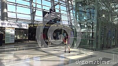 De mensen gaan van de Internationale Luchthaven van Incheon in Zuid-Korea reizen stock video