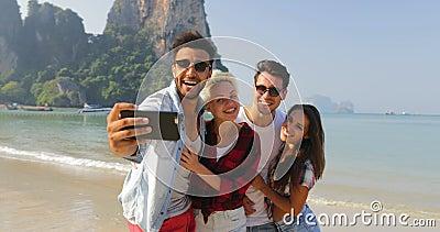 De mensen groeperen zich op Strand die Selfie-Foto op cel Slimme Telefoon Omhelzend nemen Gelukkige Vrolijke Mannen en Vrouwentoe stock video