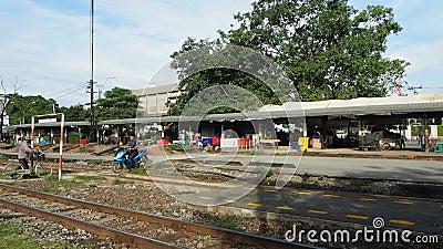 De mensen kruisen de sporen bij Klap vervolgen station stock video