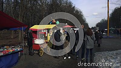 De mensen lopen in het park tijdens de Oostelijke Slavische godsdienstige vakantie Maslenitsa in BOBRUISK, WIT-RUSLAND 03 09 19 i stock footage