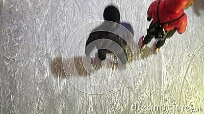 De mensen schaatsen in de open ijs het schaatsen piste stock videobeelden