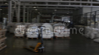 De mensen werken in groot pakhuis met goederen bij fabriek stock videobeelden