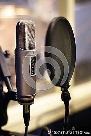 De microfoon van de studio in backlight