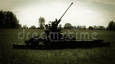 De militairen bereiden houwitser voor schietend, wereldoorlog 2 wederopbouw Sovjetenginery stock videobeelden