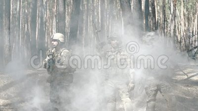De militairen stellen na slag stock video