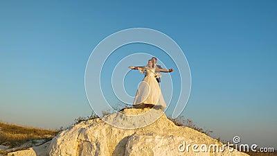 De de minnaarsman en vrouw hangen tegen blauwe hemel en glimlach honeymoon romaans Verband tussen de mens en vrouw stock footage