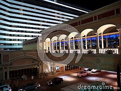 De moderne bouw van het luxehotel met skywalk