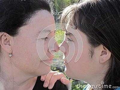 De moeder en de dochter kijken met tederheid