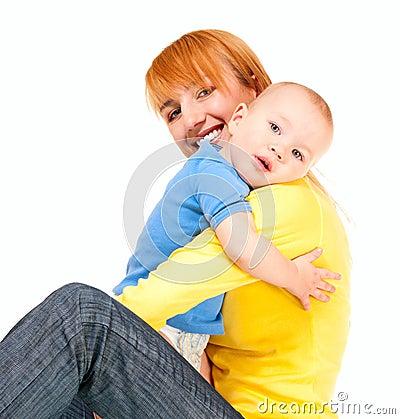 De moeder en de zoon omhelzen