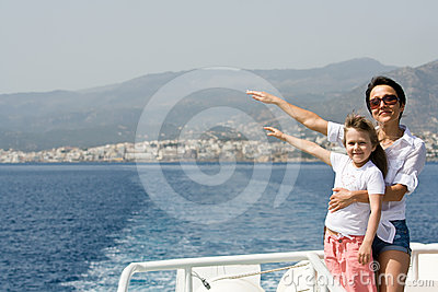 De moeder, kind geniet van wind en overzeese reis op boot