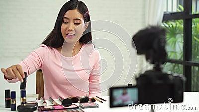De mooie borstel van het vrouwengebruik terwijl het overzicht tot de uitzending omhoog van een privé-leraar levende video aan soc stock videobeelden