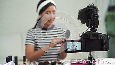 De mooie borstel van het vrouwengebruik terwijl het overzicht tot de uitzending omhoog van een privé-leraar levende video aan soc stock video