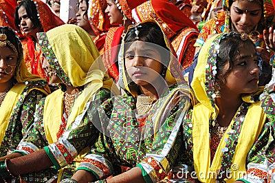 De mooie jonge Indische vrouwen treffen aan prestaties voorbereidingen bij festival Pushkar Redactionele Stock Foto