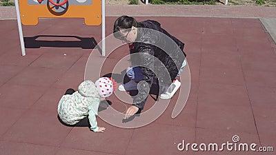 De mooie Kaukasische moeder trekt met kleurpotloden met haar weinig oude dochter 3 jaar op de speelplaats stock videobeelden
