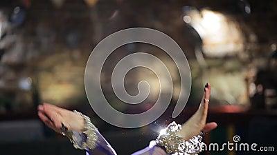 De mooie traditionele vrouwelijke danser danst buikdansen in restaurant stock videobeelden