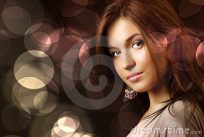 De mooie vrouw en aantrekkingskrachtlichten van de stadsnacht