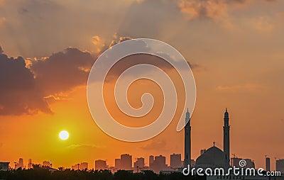 De moskee van Sharjah bij zonsondergang