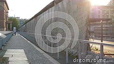 De muur van Berlijn, dramatisch symbool met gat in beton stock video