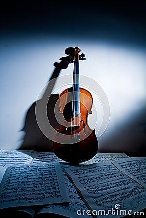 De muziek van de viool en van het blad
