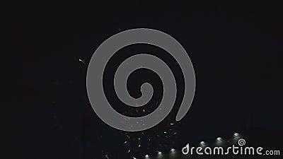 De nacht van de vuurwerkvertoning niemand de pyrotechniek van de uitbarstingspartij stock videobeelden