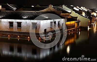 De nacht van waterige stad