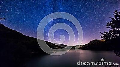 De nachthemel speelt timelapse mee melkachtige manier op het landschap van het bergmeer stock videobeelden