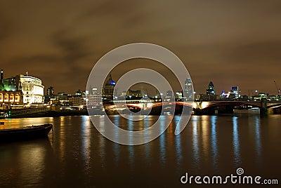 De nachtmening van Londen van Theems 2