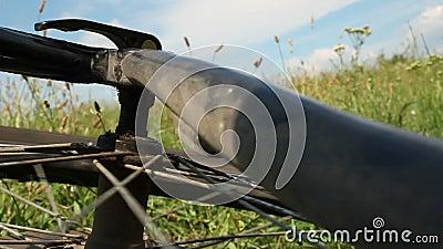 De neerstorting van de bergfiets - spinnend achterwiel stock footage