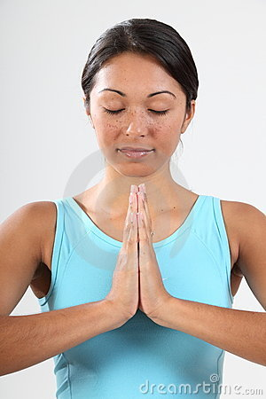 De ogen van de vrouw die in het vreedzame mediteren worden gesloten stellen
