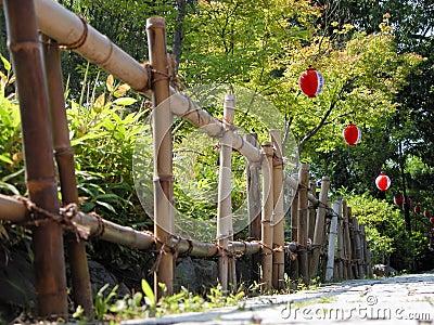 De omheining van het bamboe en documenten lantaarns