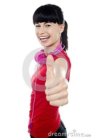 De onbezorgde tiener opvlammende duimen ondertekenen omhoog
